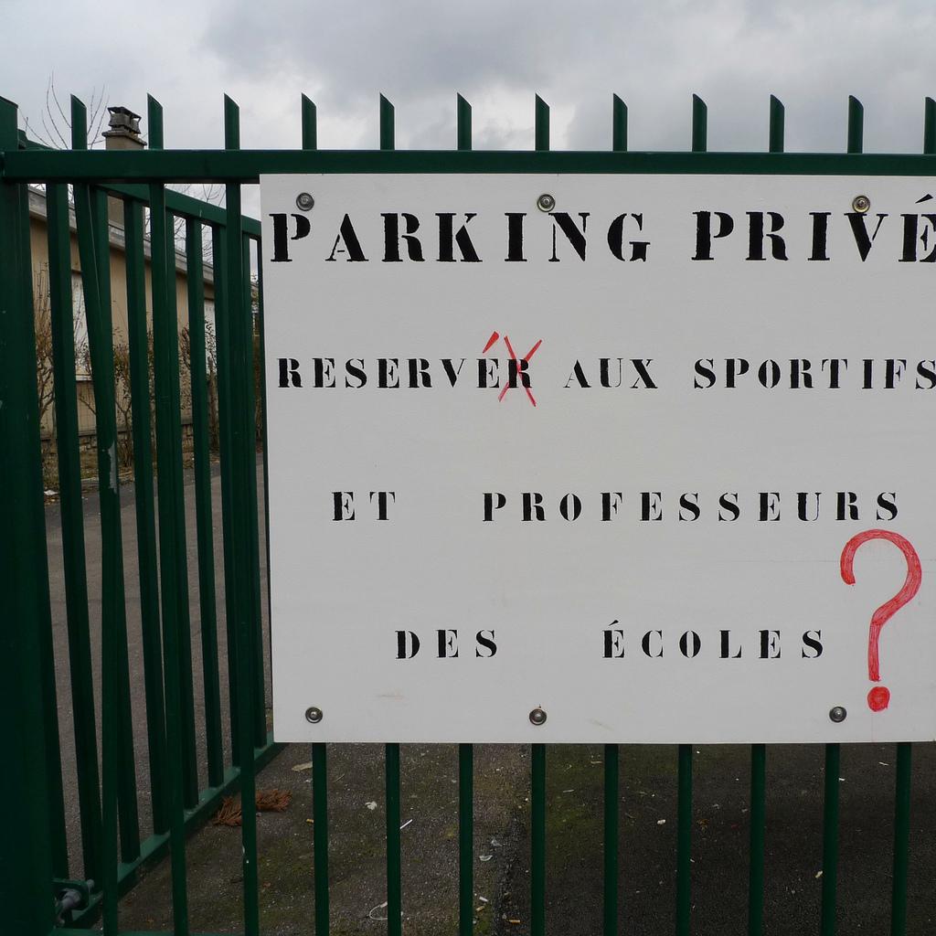 Parking privé, by Môsieur J. (CC-BY)